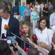 Le roi Felipe VI d'Espagne et la reine Letizia devant la presse avec leurs filles la princesse Leonor et l'infante Sofia après leur visite au roi Juan Carlos Ier durant sa convalescence à l'hopital Quiron Salud à Madrid le 27 août 2019.