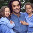Yannick Noah entouré de ses filles Jenaye (2 ans) et Eleejah (4 ans) en juillet 2000.