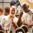 Magic Johnson déguste une glace et pose avec des fans à Saint-Tropez, Côte d'Azur, France, le 10 août 2019.