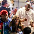 Magic Johnson et LL Cool J dégustent des glaces et posent avec des fans à Saint-Tropez, Côte d'Azur, France, le 10 août 2019.