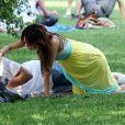 Pause tendresse pour Eva Longoria et Tony Parker à Central Park en juin 2008, presque un an après leur union à Paris