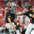 Felipe Vazquez, joueur star des Pirates de Pittsburgh en Major League Baseball (MLB), a été arrêté le 17 septembre 2019 pour sollicitation de mineur et fourniture de contenu obscène à un mineur. Il est soupçonné d'avoir eu des relations sexuelles avec une jeune fille de 13 ans.