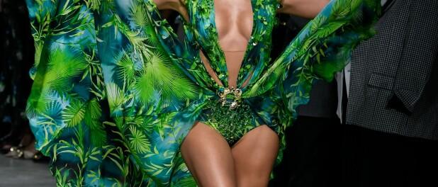 Jennifer Lopez, dans sa robe culte Versace 19 ans plus tard, refait l'Histoire