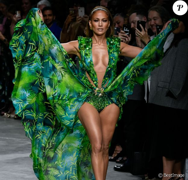 Jennifer Lopez (avec une robe qu'elle portait il y a 19 ans à la cérémonie des Grammy Awards) - Défilé Versace Collection Prêt-à-Porter Printemps/Eté 2020 lors de la Fashion Week de Milan, le 20 septembre 2019.