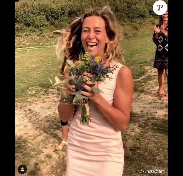 Candice (Koh-Lanta) a attrapé le bouquet de la mariée. Elle a donc fait un appel du pied à son compagnon Jérémy. Septembre 2019.
