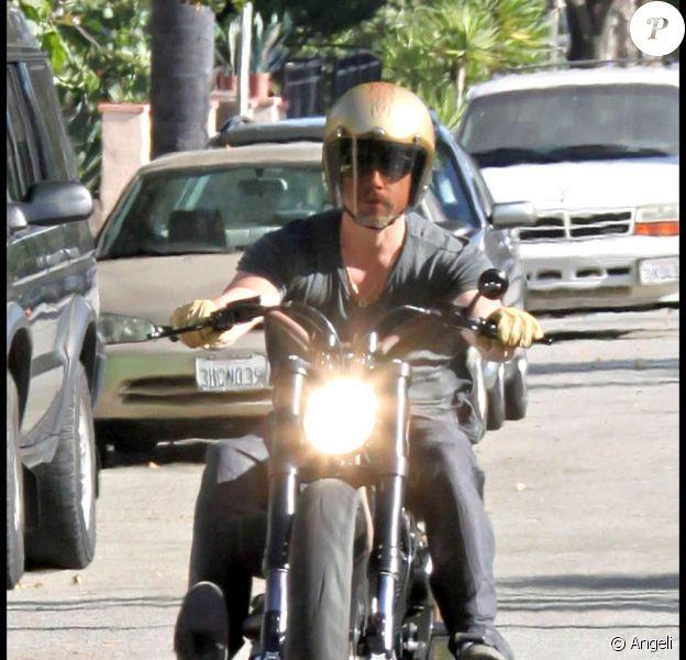 Brad Pitt bouffe du bitume au guidon de sa superbe moto, à Los Angeles, le 9 juillet 2009 !