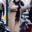Exclusif - Adele se cache des photographes à la sortie d'un immeuble à New York, le 2 avril 2019.