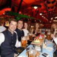 Jessica Alba passe une super journée à la fête de la bière, à Munich, en Allemagne. Lundi 30 septembre 2019. Elle trinque ici avec des locaux.