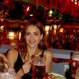 Jessica Alba passe une super journée à la fête de la bière, à Munich, en Allemagne. Lundi 30 septembre 2019, au soir. Elle a l'air très heureuse à l'idée de boire et de grignotter des spécialités locales.