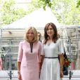 La première dame Brigitte Macron et la princesse Mary de Danemark visitent l'exposition de la sculptrice danoise Sonja Ferlov Mancoba (1911-1984) au Centre Pompidou, à Paris, le 24 juin 2019. © Stéphane Lemouton / Bestimage