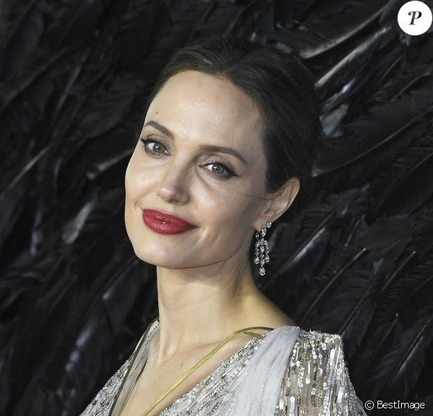 """Angelina Jolie assiste à l'avant-première du film """"Maléfique : Le Pouvoir du mal"""" à l'Imax Odeon de Londres, le 9 octobre 2019."""