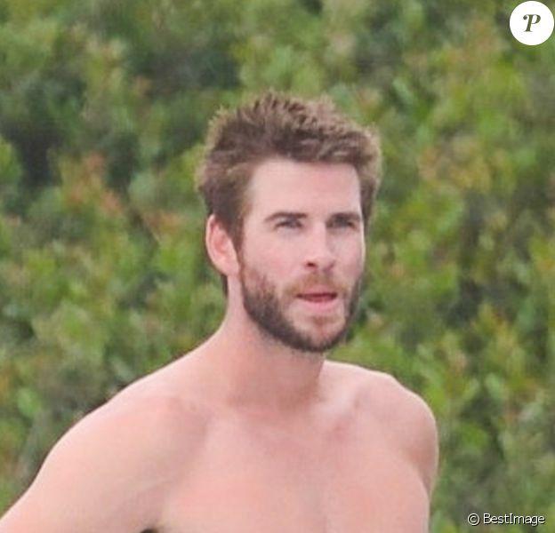 Liam Hemsworth est allé faire du surf le jour de la fête nationale du 4 juillet à Malibu, Los Angeles, le 4 juillet 2019
