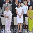 Carla Bruni lors du défilé du 14 juillet 2009 entourée de Bun Rany Hun Sen, la femme du Premier ministre Cambodgien et de Gurshara Khaur, la Première dame indienne
