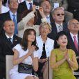 Carla Bruni lors du défilé du 14 juillet 2009 entourée de Bun Rany Hun Sen, la femme du Premier ministre Cambodgien