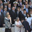Carla Bruni lors du défilé du 14 juillet 2009 entourée de Bun Rany Hun Sen, la femme du Premier ministre Cambodgien et de Gurshara Khaur, la Première dame indienne avec Nicolas Sarkozy