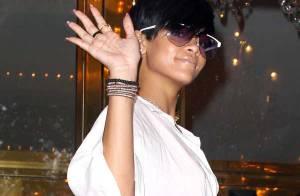 Rihanna a trouvé la bonne tenue mais... tient toujours à nous montrer ses belles jambes !