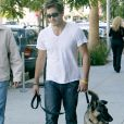 Jake Gyllenhaal avec son chien à Los Angeles, en 2004.