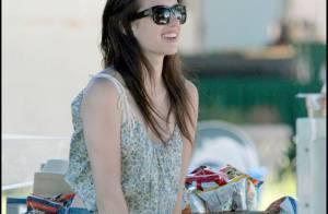 La craquante Emma Roberts a les mains baladeuses... avec elle-même ! Ça la gratouille !