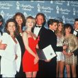 Joe E. Tata, Gabrielle Carteris, Carol Potter, Jennie Garth, Ian Ziering, Jason Priestley, Tori Spelling, Shannen Doherty, Brian Austin Green et Luke Perry lors des People Choice Awards en 1992