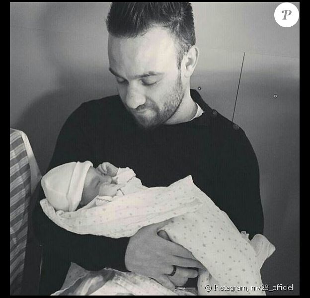 Mathieu Valbuena avec sa fille Léa, dont il a annoncé la naissance sur Instagram le 28 février 2016.