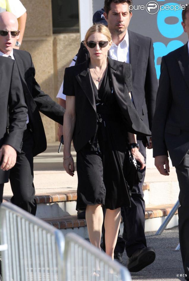 Madonna arrivant à Marseille le 19 juillet 2009 avec sa famille pour rendre visite aux proches de victimes et aux blessés de l'accident du Stade Vélodrome où devait se dérouler son concert