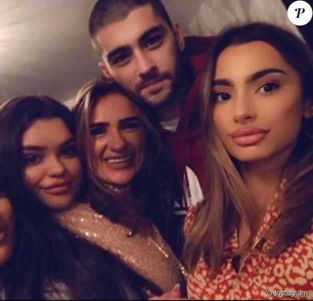 Zayn Malik en famille pour l'anniversaire de sa mère, Trisha (au milieu). Novembre 2019.