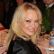 Pamela Anderson : Sublime et prête pour Noël, face à un Chuck Norris amoureux