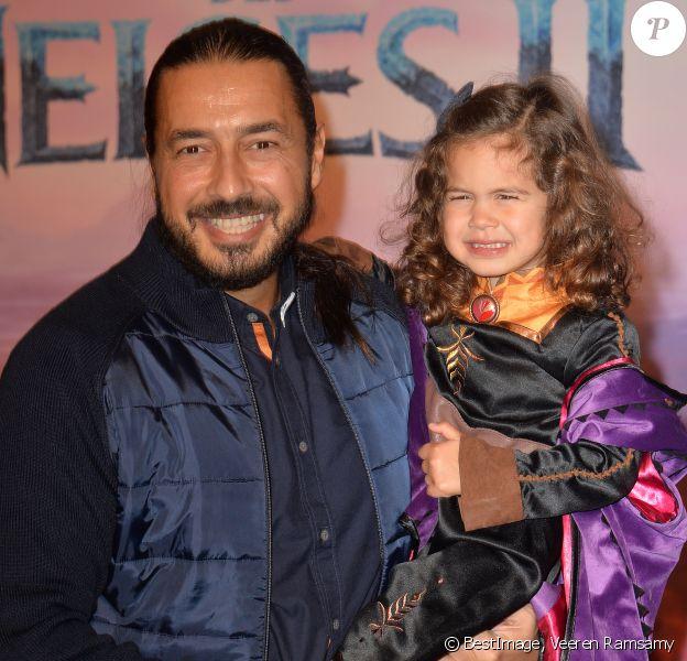 Moundir, sa compagne Inès et leur fills Aliya à l'avant-première parisienne de La Reine des Neiges 2 - mercredi 13 novembre 2019
