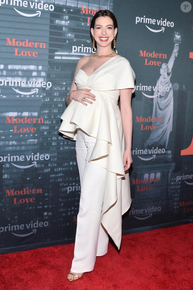 """Anne Hathaway, enceinte, assiste à l'avant-première de la série """"Modern Love"""" à New York, le 13 octobre 2019."""