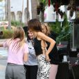 Kendall Jenner salue des fans et prend des photos à la sortie de son hôtel à Miami, le 5 décembre 2019.