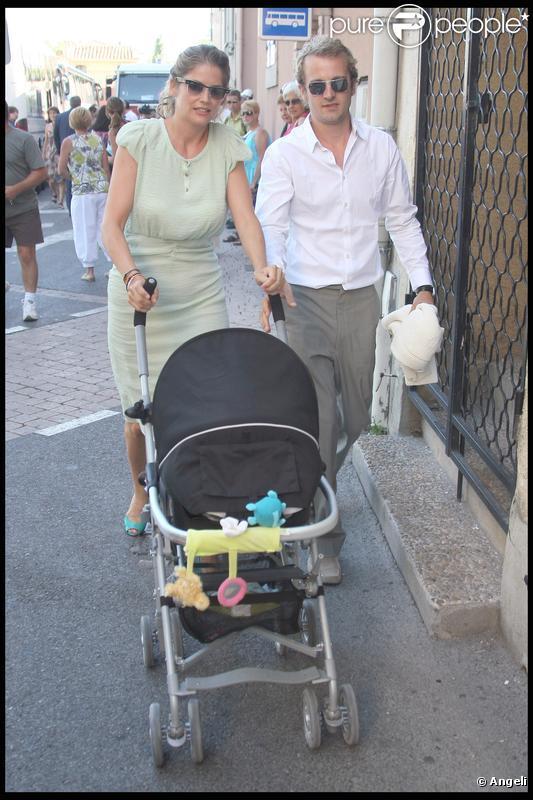 Jocelyn Quivrin et Alice Taglioni, accompagnés de leur petit Charlie, au mariage de Jean Dujardin et Alexandra Lamy. 25/07/09