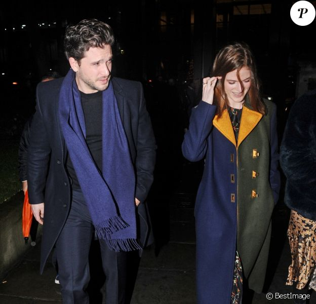 "Kit Harington et sa femme Rose Leslie quittent l'église St Botolph-without-Bishopsgate à l'issue de la soirée de chants de Noël de l'association ""MS Society"". Londres, le 10 décembre 2019."