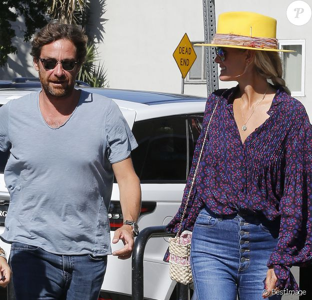 Laeticia Hallyday et son compagnon Pascal Balland ressortent du restaurant de sushi avec Marine, l'ex-femme de Pascal Balland, à Los Angeles, avant d'aller chercher leurs filles à l'école. Le 13 septembre 2019.