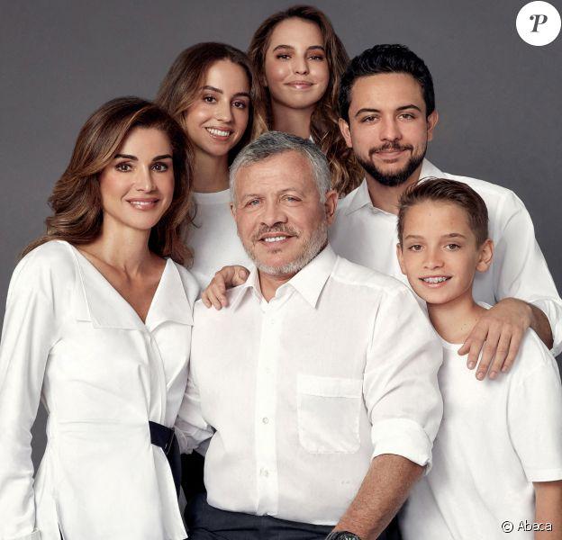 La reine Rania et le roi Abdullah II de Jordanie entourés de leurs enfants, la princesse Iman, la princesse Salma, le prince héritier Hussein et le prince Hashem, en décembre 2019 pour la photo de famille réalisée à l'occasion des voeux de la nouvelle année pour 2020.