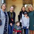 Valérie Trierweiler et Brigitte Macron posent ensemble pour le Noël de l'Elysée, le 18 décembre 2019.