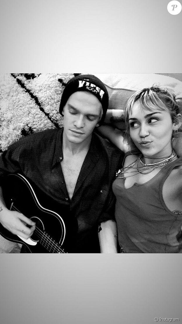 Miley Cyrus et Cody Simpson le 25 décembre 2019 sur Instagram.