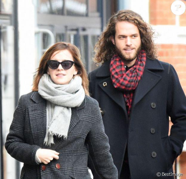 Exclusif - Emma Watson se promène à Londres avec un jeune homme mystérieux. Le 20 décembre 2019.