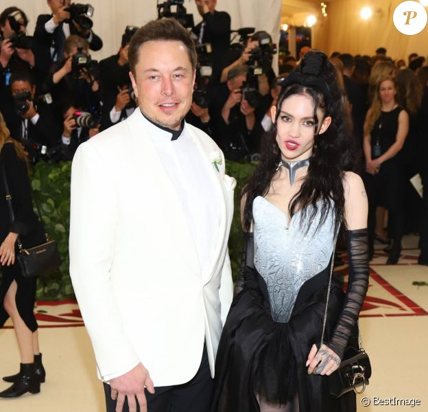 "Elon Musk et sa compagne Grimes à l'ouverture de l'exposition ""Heavenly Bodies: Fashion and the Catholic Imagination"" à New York, le 7 mai 2018"