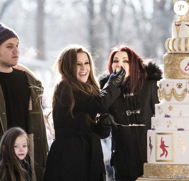 Priscilla Presley, sa fille Lisa Marie Presley et ses petits-enfants célèbrent le 80e anniversaire d'Elvis Presley dans la propriété de Graceland à Memphis, le 8 janvier 2015.