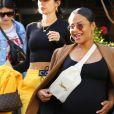 Exclusif - Christina Milian enceinte a déjeuné avec son amie Nicole Williams au restaurant Ivy à los Angeles le 14 janvier 2020.