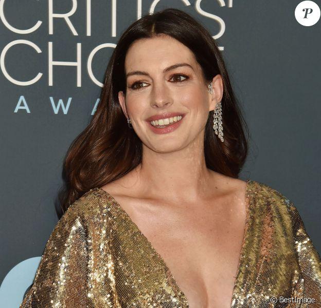 Anne Hathaway lors de la 25e édition de la soirée des Critics Choice Awards au Barker Hangar à Santa Monica, Los Angeles, Californie, Etats-Unis, le 12 janvier 2020.