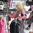 Lindsay Lohan, souriante, en pleine séance de shopping.