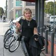 La chanteuse Miley Cyrus arrive au studio de West Hollywood, Los Angeles, le 17 janvier 2020. Elle porte un pantalon en cuir noir, son blazer à la main, et des baskets Louis Vuitton. La chanteuse avait l'air détendue et de bonne humeur!