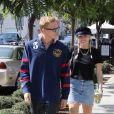 """Exclusif - Miley Cyrus et son compagnon Cody Simpson prennent du bon temps à Los Angeles, le 18 octobre 2019. Les deux amoureux ont commencé leur après-midi par déjeuner au restaurant """"Verve Coffee"""" avant de visiter le musée de la mort à Hollywood. Ils ont ensuite mangé un morceau au """"Sugarfish Sushi"""" avant de rentrer à la maison. En gentleman, Cody Simpson semblait vouloir protéger Miley Cyrus en traversant les rues de Los Angeles, en faisant signe aux voitures, tandis que la chanteuse semblait se protéger derrière son chevalier servant."""