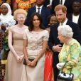 """Le prince Harry, duc de Sussex, Meghan Markle, duchesse de Sussex, la reine Elisabeth II d'Angleterre - Personnalités à la cérémonie """"Queen's Young Leaders Awards"""" au palais de Buckingham à Londres le 26 juin 2018."""