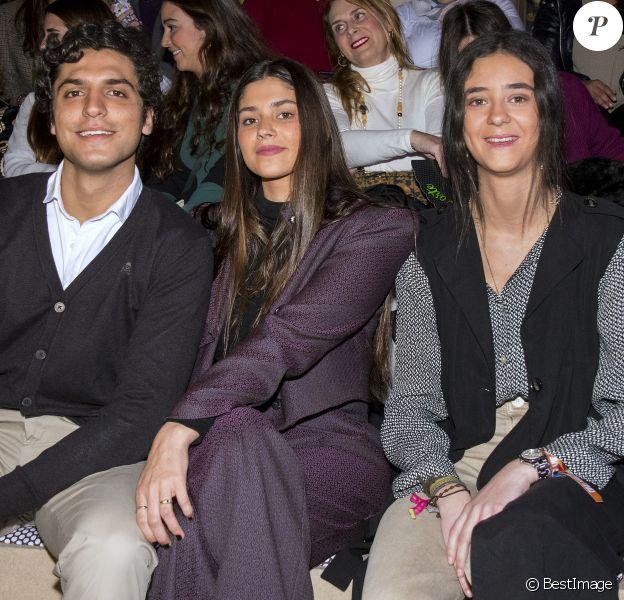 Victoria Federica de Marichalar (à droite), fille de l'infante Elena d'Espagne, et ses amis María García de Jaime et Tomás Páramo lors d'un défilé de la semaine We Love Flamenco, le 18 janvier 2020 à Séville.