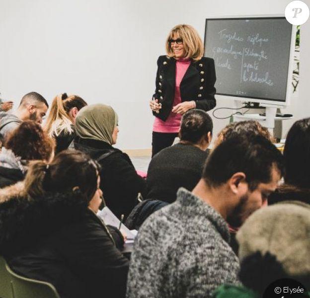 Brigitte Macron donnant un cours à LIVE (L'Institut des vocations pour l'emploi) situé à Clichy-sous-Bois en novembre 2019.