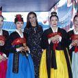 La reine Letizia d'Espagne, dans la robe Massimo Dutti qu'elle portait en octobre 2019 en visite officielle en Corée du Sud, lors de l'inauguration de la 40e édition du FITUR 2020, le grand salon annuel du tourisme de Madrid, le 20 janvier 2020.