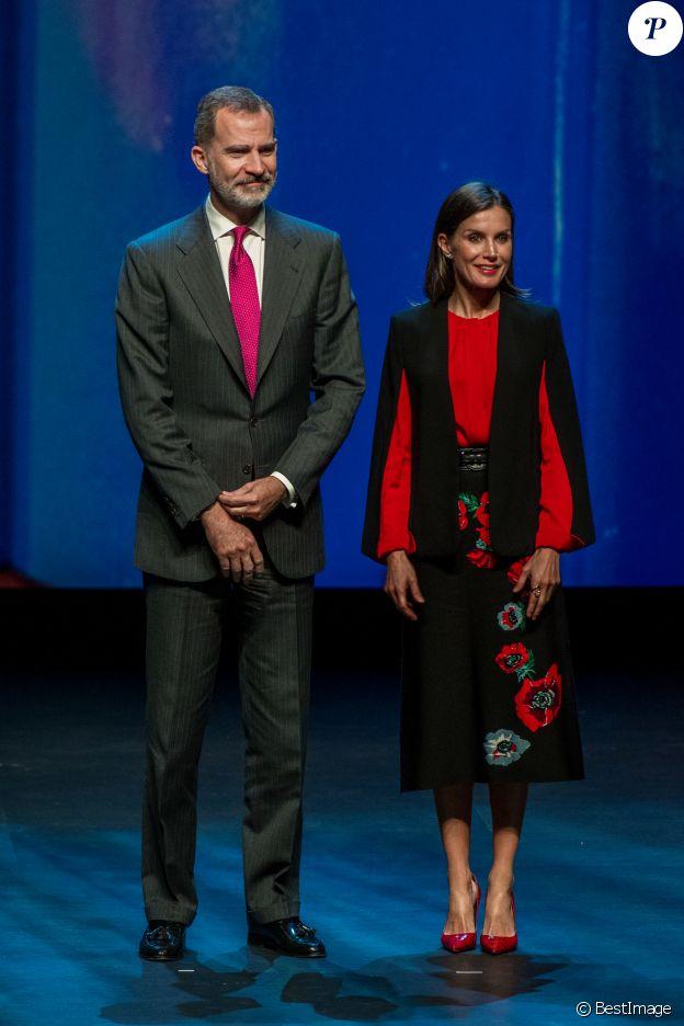 Le roi Felipe VI et la reine Letizia d'Espagne (haut Hugo Boss, jupe Carolina Herrera) lors du XVIe Congrès de l'Association des Académies de la Langue Espagnole (Asale) à Séville, le 8 novembre 2019.