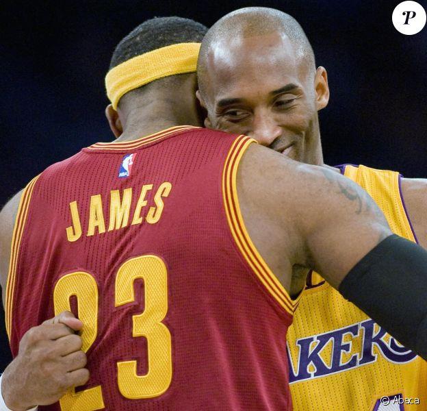 LeBron James et Kobe Bryant s'enlacent avant un match en 2015.